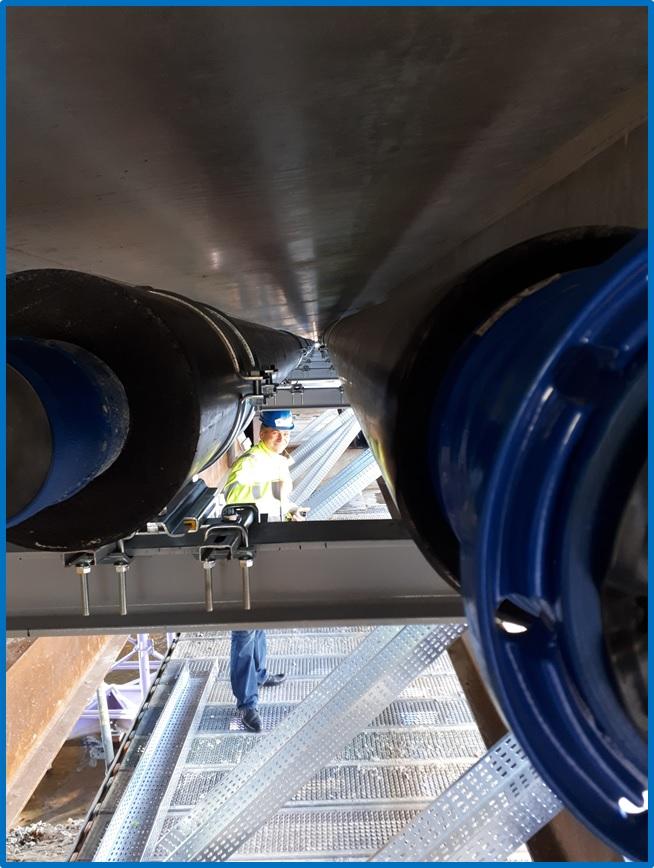 Potrubí s tepelnou izolací uvnitř mostu